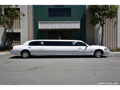 (1) Lincoln Towncar Stretch Limousine Up to 6/8 Pass - A&A